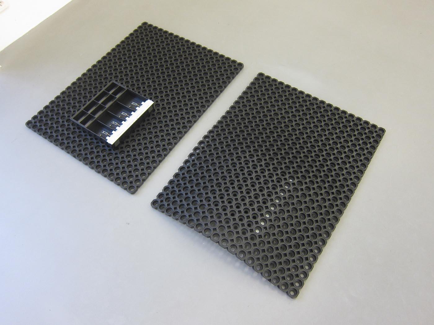 <i>Pillow Objects</i><br>2017, a rubber mat on top of a cash drawer and a cash drawer on top of a rubber mat<br>un tiroir-caisse sur un tapis en caoutchouc et un tapis en caoutchouc sur un titoir-caisse