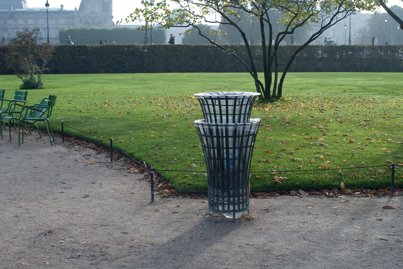 <i>Deux mêmes choses ne peuvent être pareilles</i>, 2012, poubelle mise au rebut <br><i>No two things can be the same</i>, 2012, disposed bin 'Hors Les Murs', Jardin des Tuileries, FIAC, Paris